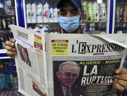 Un hombre argelino sostiene un periódico con la foto del ministro de Exteriores, Ramtane Lamamram, en portada, el 25 de agosto, tras la ruptura de las relaciones diplomáticas con Marruecos.