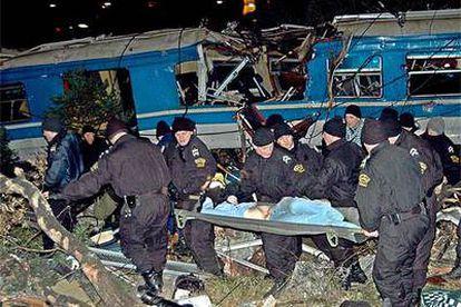 Agentes de policía trasladan a una de las víctimas del accidente que se produjo en Montenegro.