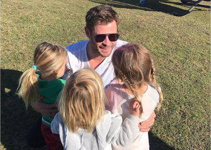 Chris Hemsworth con sus tres hijos.