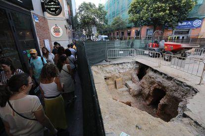 Obras paralizadas en la calle de Fuencarral por la aparición de un viaje del agua del siglo XVII.