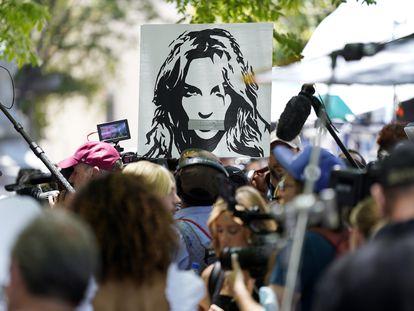 Seguidores de la cantante Britney Spears se manifiestan afuera de los juzgados de Los Ángeles.