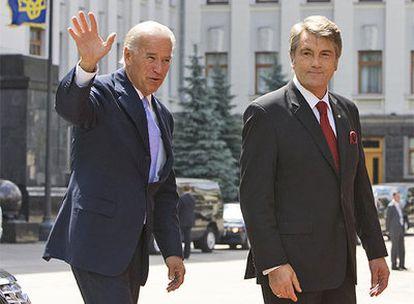 El vicepresidente de EE UU, Joe Biden, saluda acompañado del presidente de Ucrania, Viktor Yushchenko, en Kiev.