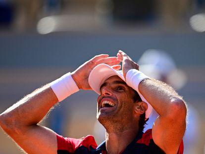 Andújar celebra su triunfo contra Thiem, este domingo en París.