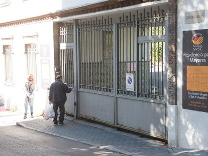 Puerta de entrada a la Residencia Santísima Virgen y San Celedonio, en Madrid, donde han fallecido 23 personas con Covid-19.