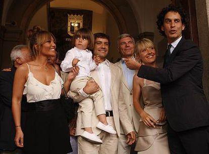 El pequeño Leo, con sus padres, sus padrinos y el oficiante, Pedro Zerolo.
