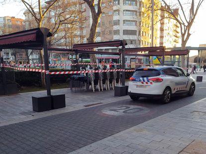 Un vehículo de la Policía Local de Palencia vigila, este domingo, el cumplimiento del cierre de la hostelería decretado en Castilla y León.