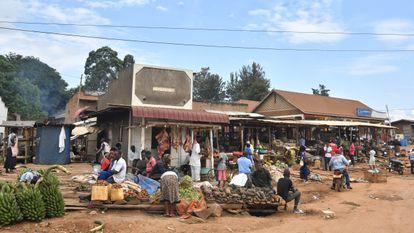 Mercado en las afueras de Mbarara. Muchas mujeres ugandesas intentan reducir el riesgo económico asociado a las actividades agrícolas y comerciales uniéndose a cooperativas y consorcios.