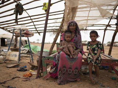 Bouchio Wallet y sus nietas, en el campo de Goudébou, en Burkina Faso.