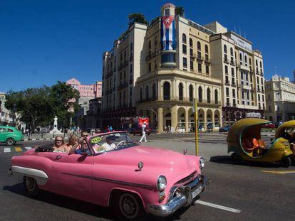 Un automóvil estadounidense clásico transita con turistas el viernes pasado por las calles de La Habana.