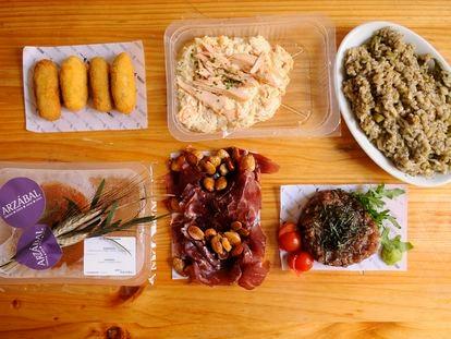 Menú picoteo de Arzábal para dos, con algunos de los envases con los que entregan a domicilio.