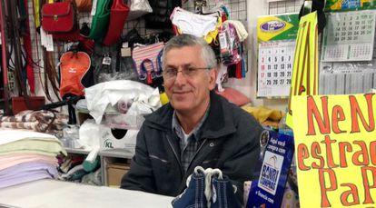 Un comerciante de la localidad uruguaya de Chuy en la frontera con Brasil.