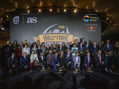 Foto de familia del Salón de la Fama del baloncesto español, este jueves en Sevilla.