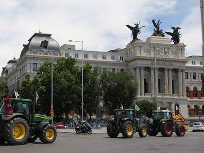 Protesta de agricultores ante la sede del Ministerio de Agricultura en Madrid, este miércoles.