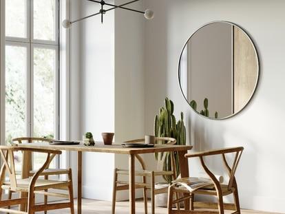 Estos espejos son la mejor opción para dar un toque diferente a la pared y fáciles de instalar.Izusek/GETTY IMAGES.