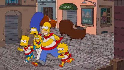 Los Simpson, jugando a los Sanfermines, perseguidos por un sofá.