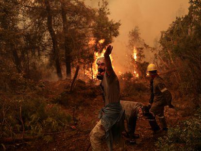 Voluntarios intentan extinguir el fuego en Galatsona, en la isla griega de Eubea, este viernes.