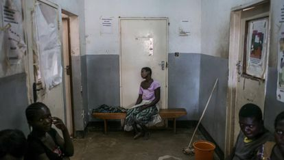 Varios pacientes, algunos de ellos seropositivos, esperan a ser atendidos en el hospital del distrito de Nsanje de Zimbabue para obtener información sobre el VIH.