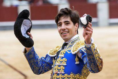 Álvaro Lorenzo pasea la oreja de su primer toro.