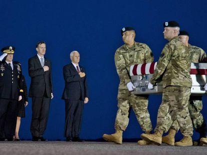 Miembros de la Guardia Vieja portan el féretro del sargento William Bay, muerto en Nargarhar, Afganistán, por un soldado afgano presuntamente miembro de los talibanes.