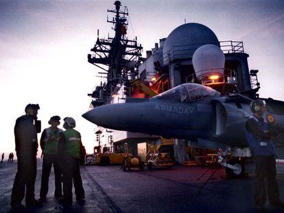 Un Harrier parado en la cubierta del portaaviones 'Príncipe de Asturias' para reponer combustible.