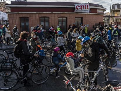 Decenas de ciclistas en el recorrido que hacen normalmente desde el Espacio Vecinal de Arganzuela (EVA) en Legazpi Madrid.
