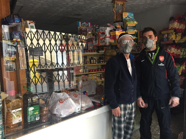 """Pedro Algara, en su tienda """"Autoservicio Algara"""" en Carabaña (Madrid)."""
