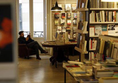 Un lector, ayer en la librería La Central, en Madrid.