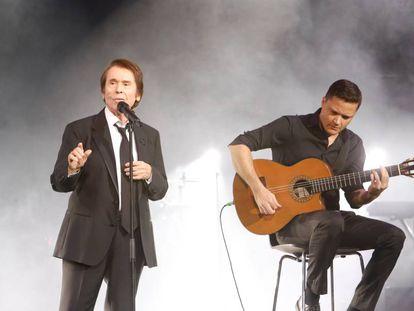 Raphael, este jueves en Fibes durante su actuación en la gala de los Premios Radiolé.