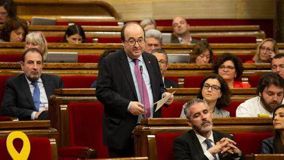 Miquel Iceta interviene desde su escaño en una sesión plenaria en el Parlamento de Cataluña el pasado miércoles.