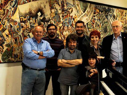 El escritor Benito Taibo, los editores Alejandro Magallanes, Juan Casamayor, y Gustavo Cruz, la directora de la feria Marisol Schulz, la escritora Wendy Guerra y el ensayista Roger Bartra en la FIL de Guadalajara