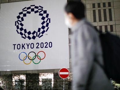 El logo de los Juegos de Tokio, en una de las calles de la capital japonesa.