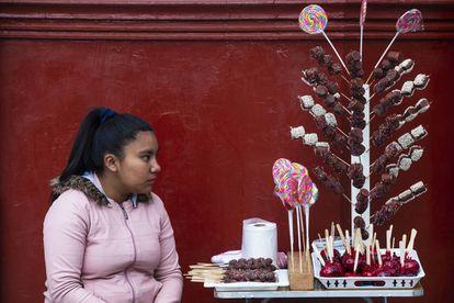 Gracias al dinero que Deysi gana vendiendo dulces en la plaza se puede matricular en la universidad.
