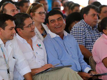 El presidente hondureño, Juan Orlando Hernández, y el empresario pakistaní Yusuf Amdani, en 2017.