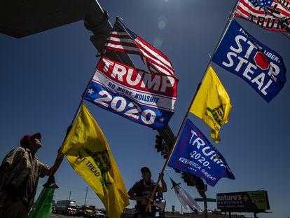 Fred F. y Kelly Johnson, seguidores de Trump, se manifiestan, el 30 de abril, a las afueras del centro donde actualmente auditan los votos de la elección pasada en Phoenix (Arizona).