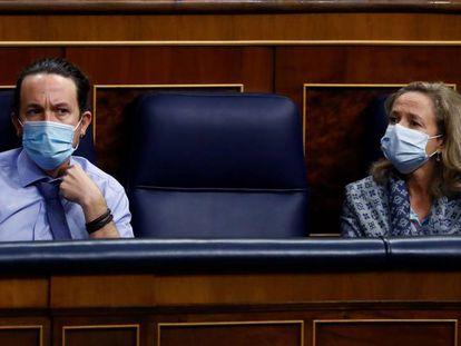 El vicepresidente segundo del Gobierno, Pablo Iglesias y la vicepresidenta económica, Nadia Calviño, en el Congreso.