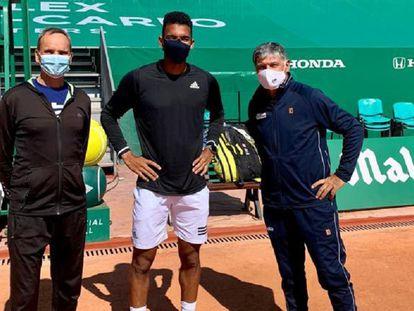 Toni Nadal, a la derecha, posa junto a Augger-Aliassime y Fontang en Montecarlo.