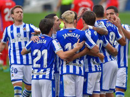 Los jugadores de la Real Sociedad celebran uno de sus goles ante el Granada