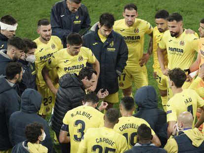 Unai Emery se dirige a sus jugadores antes del inicio de la prórroga en la final ante el Manchester United.
