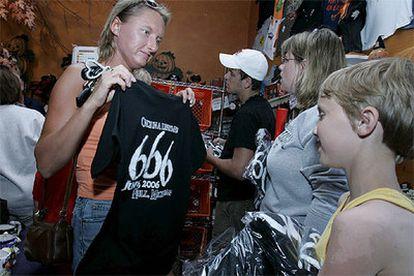 Una mujer compra hoy una camiseta con el número 666 en la pequeña ciudad estadounidense de Hell (infierno, en inglés), en el Estado de Michigan.
