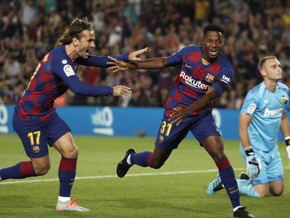 Ansu Fati y Griezmann ante el Valencia.