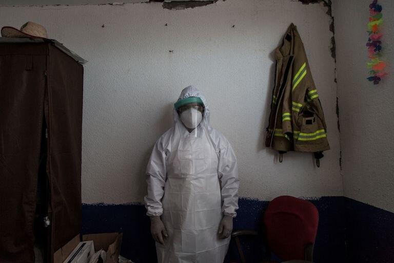 Fernando de la Rosa vestido con el traje epidemiológico antes de acudir a un servicio.
