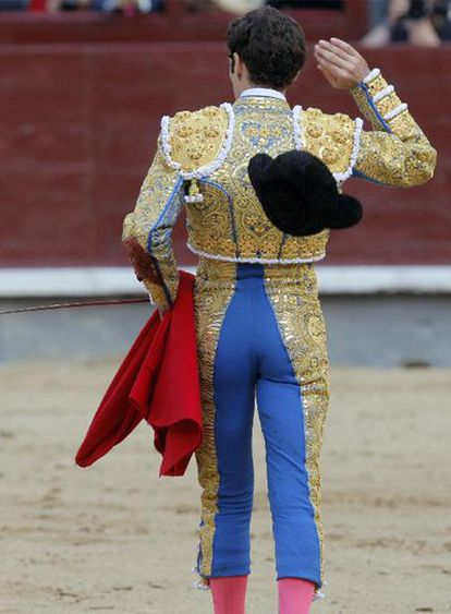 José Tomás arroja la montera el jueves, en su corrida de Las Ventas.