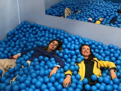 Leire Urzáiz y Estefanía de Oliveira, en la piscina de bolas de su tienda, Papiroga.