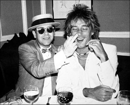 Elton John y Rod Stewart juntos en una fiesta, antes de discutir sobre cuestiones fiscales.