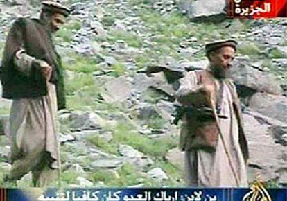 Osama Bin Laden, a la izquierda, junto a su<i> </i>lugarteniente,> Ayman al Zawahiri, en un vídeo de septiembre de 2003.