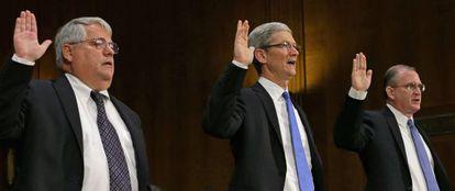 Los directivos de Apple (Oppenheimer, Cook y Bullock).