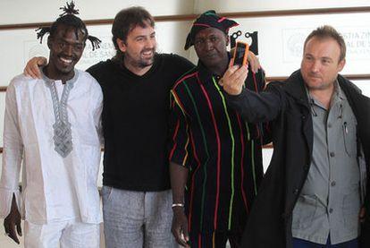 Miquel Barceló (derecha), junto al director de <i>Los pasos dobles, </i>Isaki Lacuesta (con barba) y dos de los actores de la película.