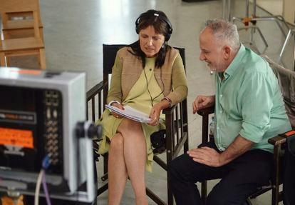Claudia Piñeiro junto a Marcelo Piñeyro en  el rodaje de la serie.