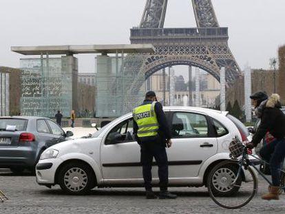 Un policía ejerce el control del tránsito de vehículos, cuyo número de matrícula finaliza en impar, que no podían transitar por París hoy.
