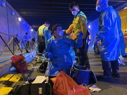 El equipo del Samur atiende a un joven que ha sido asesinado en el túnel de la calle Comercio de Madrid.